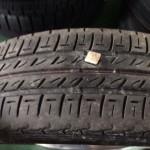 タイヤになんてものが刺さってるんだ・・