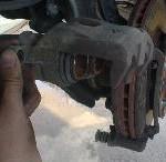 ブレーキパッドの片減りの原因は・・
