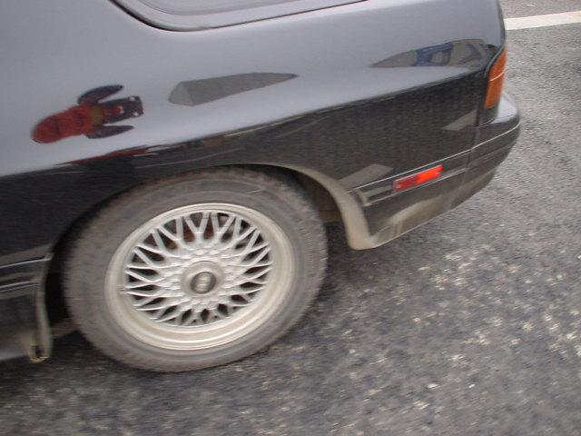 何故タイヤの色は黒い?タイヤの色は他の色にできないか?