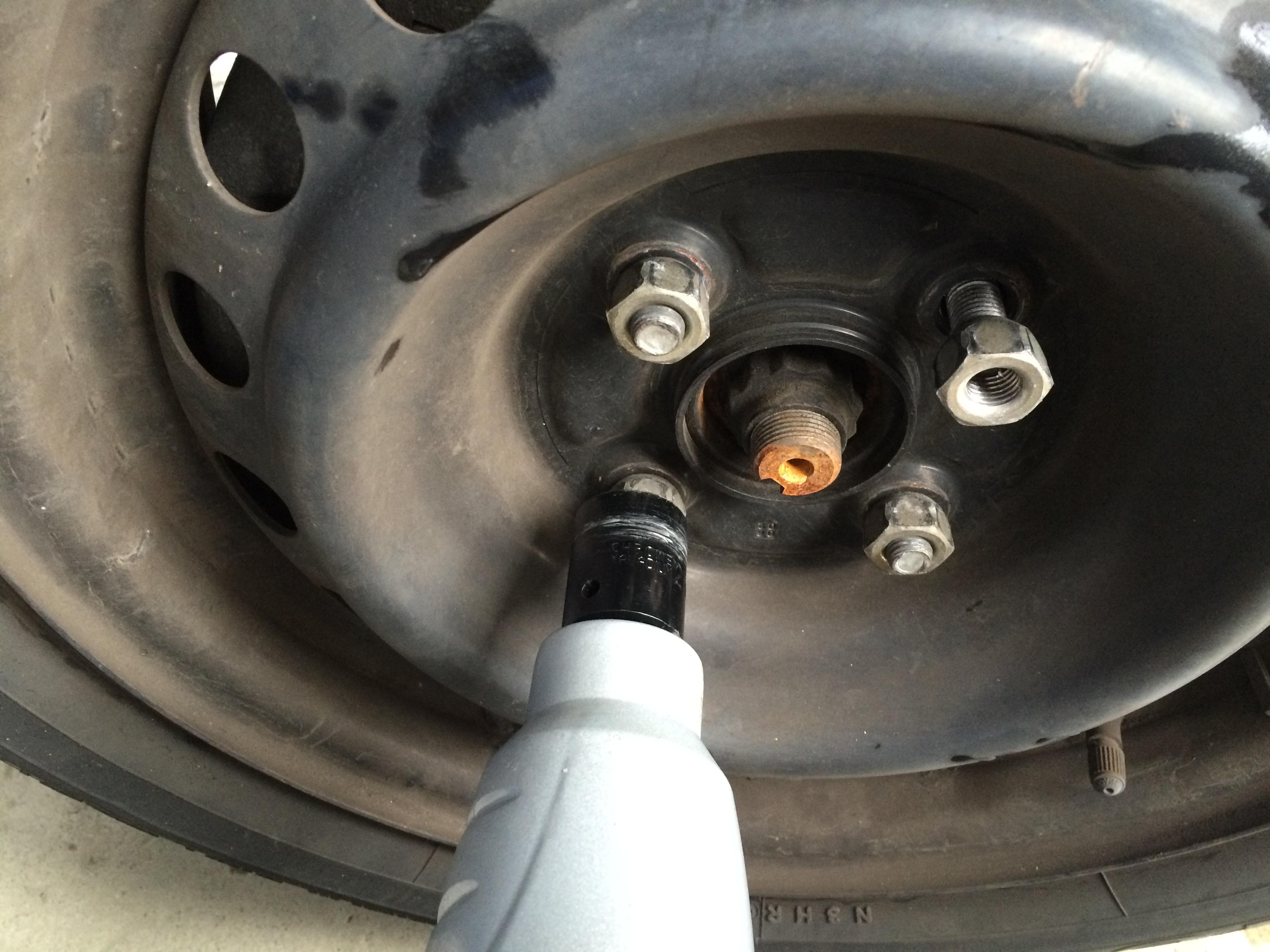 インパクトレンチ タイヤ交換から各種ネジの脱着に大活躍の工具