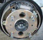 ドラムブレーキとは? 主にトラックや後輪に使われるブレーキ