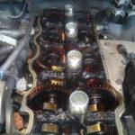 エンジンオイルを注いでみたらすぐに溢れてくる・・ヘッドカバーを開けてみると驚愕