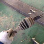 カーブを曲がった時に出る異音はドライブシャフト!ブーツが切れてればシャフトが駄目に!