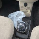 マニュアル車でやってはいけないこと!シフトレバーにゴミ袋を吊り下げる行為